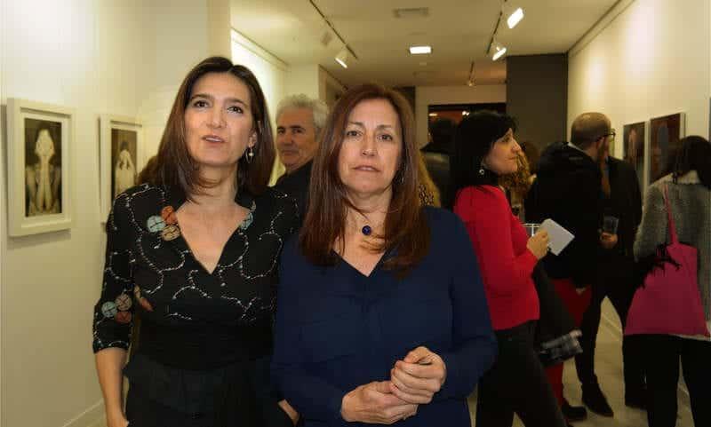 Las artistas Julia G. Liébana y Esther Santás en la galería Ármaga. © Fotografía: Cuevas.