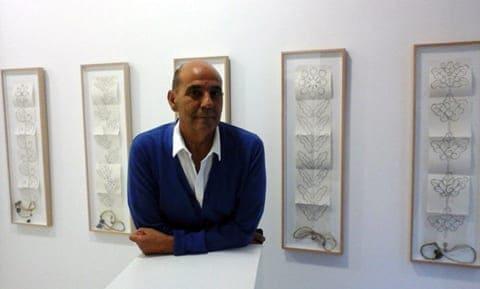 El artista Miguel Escanciano en la galería Ármaga. © Fotografía: Camino Sayago.