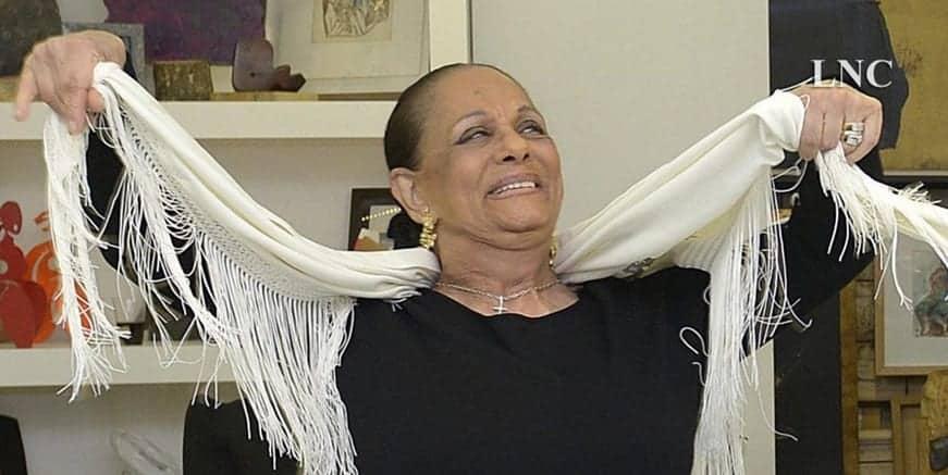 La famosa bailaora descalza, La Chunga, en la galería leonesa Ármaga. (Imagen tomada del vídeo publicado en La Nueva Crónica).