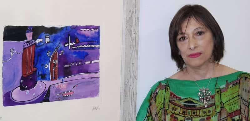 La artista chilena Alexandra Domínguez, con fuertes vinculaciones leonesas, posa junto a una de las obras de la exposición. © CUEVAS.