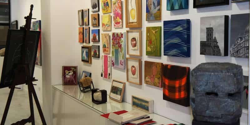 La galería Ármaga reúne obras de más de una treintena de artistas en su tradicional colectiva de verano. © Foto: Cuevas.