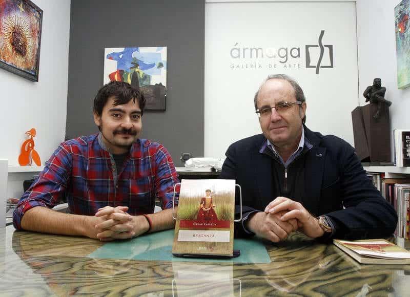 El escritor César Gavela, con Emilio Gancedo, en Ármaga. © Fotografía: Bruno Moreno.
