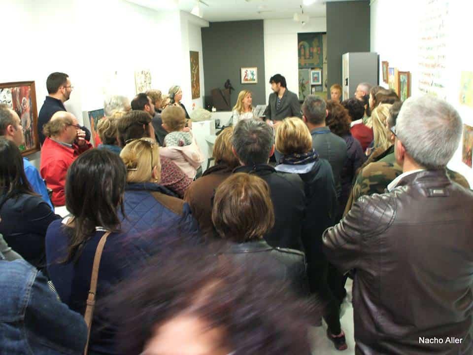 Al fondo, Emilio Gancedo y Marga Carnero durante la inauguración de la exposición. Fotografía: Gabanna Blues Jazz.
