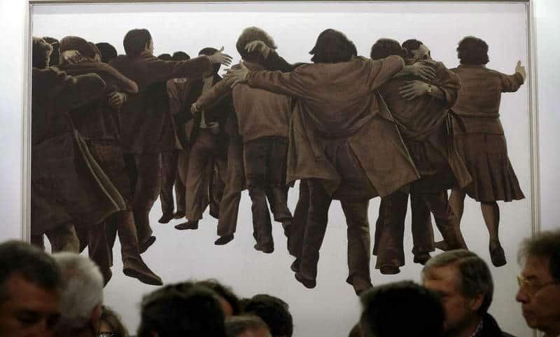 """La obra """"El abrazo"""", pintado por Juan Genovés en 1976 y considerado uno de los símbolos de la Transición. © Fotografía: EFE/Chema Moya."""