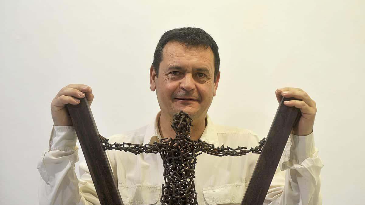 Amancio González expone varias esculturas en metal de pequeño formato en la galería de arte Ármaga. | Fotografía: DANIEL MARTÍN (La Nueva Crónica)
