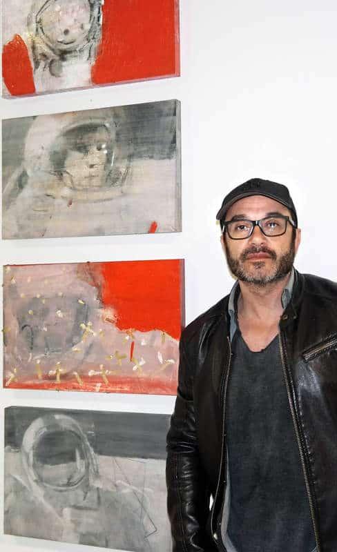 El artista Fernando V. Mourelo con una de sus obras. Fotografía: CUEVAS.