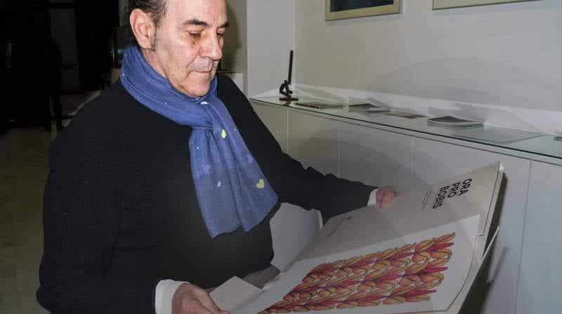 Miguel Escanciano con la pieza que ha realizado para la carpeta.