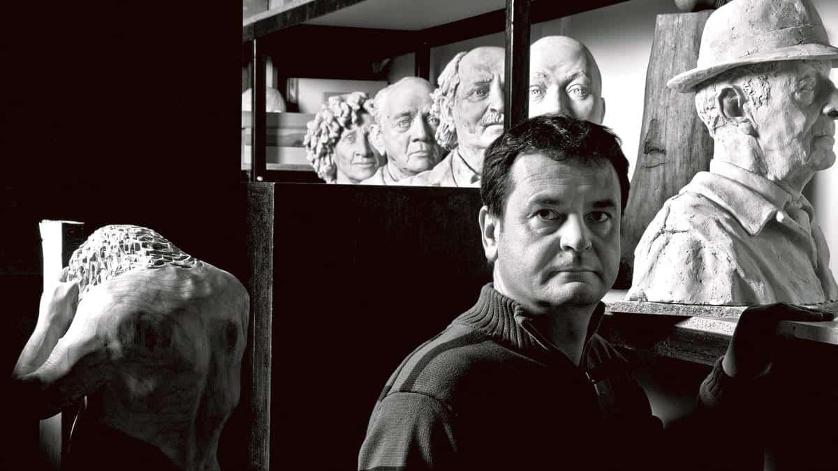 El escultor Amancio González forma parte del proyecto con los bustos de escritores.   Fotografía: AMANDO CASADO