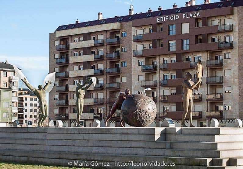"""""""Los cuatro elementos"""", conjunto escultórico de Esperanza d'Ors, escondido en el desangelado polígono de La Lastra (León). Fotografía: María Gómez / leonolvidado.es (Haz un click)"""