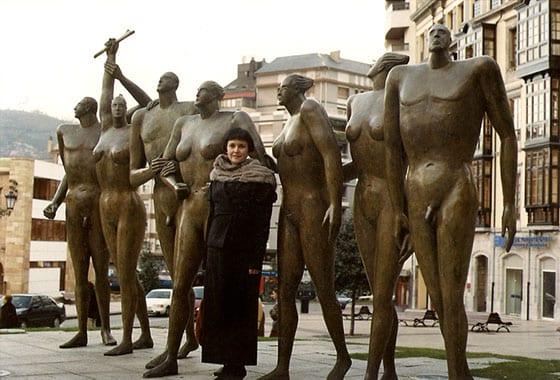 Esperanza d'Ors junto a una de sus composiciones escultóricas.